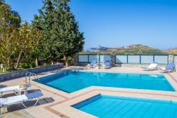 Бассейн. Греция, Плакиас : Роскошная вилла с большим бассейном и зеленой территорией, 3 спальни, 2 ванные комнаты, барбекю, парковка, Wi-Fi