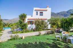 Фасад дома. Греция, Плакиас : Роскошная вилла с большим бассейном и зеленой территорией, 3 спальни, 2 ванные комнаты, барбекю, парковка, Wi-Fi