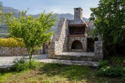 Территория. Греция, Плакиас : Роскошная вилла с большим бассейном и зеленой территорией, 3 спальни, 2 ванные комнаты, барбекю, парковка, Wi-Fi