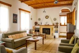 Гостиная. Греция, Плакиас : Роскошная вилла с большим бассейном и зеленой территорией, 3 спальни, 2 ванные комнаты, барбекю, парковка, Wi-Fi
