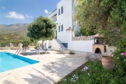 Фасад дома. Греция, Плакиас : Роскошная вилла с большим бассейном и зеленой территорией, 4 спальни, 2 ванные комнаты, барбекю, парковка, Wi-Fi
