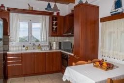 Кухня. Греция, Плакиас : Роскошная вилла с большим бассейном и зеленой территорией, 4 спальни, 2 ванные комнаты, барбекю, парковка, Wi-Fi