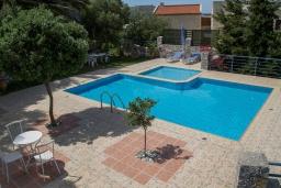 Бассейн. Греция, Плакиас : Роскошная вилла с большим бассейном и зеленой территорией, 4 спальни, 2 ванные комнаты, барбекю, парковка, Wi-Fi
