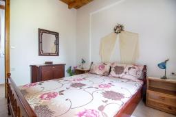 Спальня. Греция, Плакиас : Роскошная вилла с большим бассейном и зеленой территорией, 4 спальни, 2 ванные комнаты, барбекю, парковка, Wi-Fi