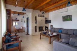 Гостиная. Греция, Плакиас : Роскошная вилла с большим бассейном и зеленой территорией, 4 спальни, 2 ванные комнаты, барбекю, парковка, Wi-Fi