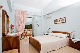 Спальня. Греция, Ретимно : Шикарная вилла с большим бассейном и зеленым двориком с барбекю, 5 спален, 5 ванных комнат, парковка, Wi-Fi