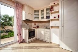 Кухня. Греция, Ретимно : Шикарная вилла с большим бассейном и зеленым двориком с барбекю, 5 спален, 5 ванных комнат, парковка, Wi-Fi