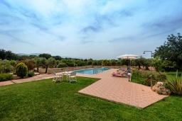Территория. Греция, Ретимно : Шикарная вилла с большим бассейном и зеленым двориком с барбекю, 5 спален, 5 ванных комнат, парковка, Wi-Fi