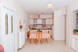 Кухня. Греция, Ретимно : Шикарная вилла с большим бассейном и зеленым двориком с барбекю, 4 спален, 3 ванных комнат, парковка, Wi-Fi