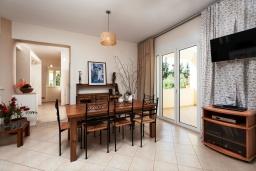 Обеденная зона. Греция, Ретимно : Шикарная вилла с большим бассейном и зеленым двориком с барбекю, 4 спален, 3 ванных комнат, парковка, Wi-Fi