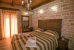 Спальня 2. Греция, Скалета : Сказочная вилла с 3 спальнями, с бассейном с джакузи, тенистой террасой с патио и барбекю, расположена в красивой маленькой деревушке (Asteri в окружении оливковых рощ
