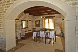 Обеденная зона. Греция, Скалета : Роскошная вилла с бассейном и зеленым двориком с барбекю, 4 спальни, 3 ванные комнаты, парковка, Wi-Fi