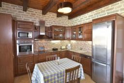 Кухня. Греция, Скалета : Роскошная вилла с бассейном и зеленым двориком с барбекю, 4 спальни, 3 ванные комнаты, парковка, Wi-Fi