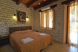 Спальня. Греция, Скалета : Роскошная вилла с бассейном и зеленым двориком с барбекю, 4 спальни, 3 ванные комнаты, парковка, Wi-Fi