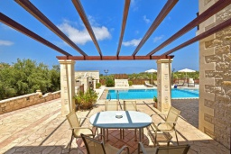 Терраса. Греция, Скалета : Роскошная вилла с бассейном и зеленым двориком с барбекю, 4 спальни, 3 ванные комнаты, парковка, Wi-Fi