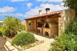 Территория. Греция, Скалета : Роскошная вилла с бассейном и зеленым двориком с барбекю, 4 спальни, 3 ванные комнаты, парковка, Wi-Fi