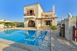 Фасад дома. Греция, Скалета : Роскошная вилла с бассейном и зеленым двориком с барбекю, 4 спальни, 3 ванные комнаты, парковка, Wi-Fi