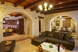 Гостиная. Греция, Скалета : Роскошная вилла с бассейном и зеленым двориком с барбекю, 4 спальни, 3 ванные комнаты, парковка, Wi-Fi