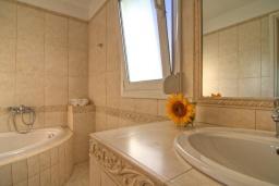 Ванная комната. Греция, Ретимно : Шикарная вилла с бассейном и зеленым двориком с барбекю, 3 спальни, 2 ванные комнаты, парковка, Wi-Fi