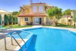 Фасад дома. Греция, Ретимно : Шикарная вилла с бассейном и зеленым двориком с барбекю, 3 спальни, 2 ванные комнаты, парковка, Wi-Fi