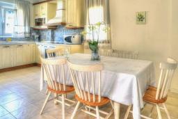 Обеденная зона. Греция, Ретимно : Шикарная вилла с бассейном и зеленым двориком с барбекю, 3 спальни, 2 ванные комнаты, парковка, Wi-Fi