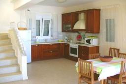 Кухня. Греция, Ретимно : Шикарная вилла с бассейном и зеленым двориком с барбекю, 3 спальни, 2 ванные комнаты, парковка, Wi-Fi
