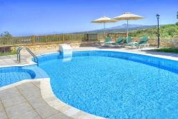 Бассейн. Греция, Ретимно : Шикарная вилла с бассейном и зеленым двориком с барбекю, 3 спальни, 2 ванные комнаты, парковка, Wi-Fi