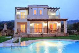Фасад дома. Греция, Ретимно : Шикарная вилла с бассейном и зеленым двориком с барбекю, 4 спальни, 3 ванные комнаты, парковка, Wi-Fi
