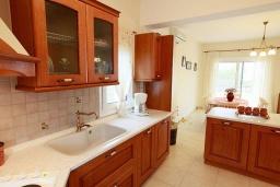 Кухня. Греция, Ретимно : Шикарная вилла с бассейном и зеленым двориком с барбекю, 4 спальни, 3 ванные комнаты, парковка, Wi-Fi