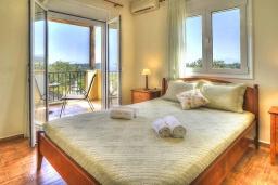 Спальня. Греция, Ретимно : Шикарная вилла с бассейном и зеленым двориком с барбекю, 4 спальни, 3 ванные комнаты, парковка, Wi-Fi