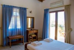 Спальня. Греция, Аделе : Роскошная вилла с бассейном и теннисным кортом, 4 спальни, 4 ванные комнаты, барбекю, парковка, Wi-Fi