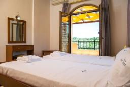 Спальня 4. Греция, Аделе : Роскошная вилла с бассейном и теннисным кортом, 4 спальни, 4 ванные комнаты, барбекю, парковка, Wi-Fi