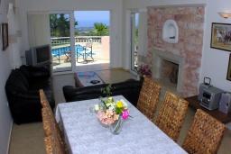 Гостиная. Греция, Аделе : Шикарная вилла с бассейном и зеленым двориком с барбекю, 4 спальни, 4 ванные комнаты, джакузи, парковка, Wi-Fi