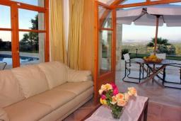 Гостиная. Греция, Аделе : Шикарная вилла с бассейном и зеленым двориком с барбекю, 3 спальни, 3 ванные комнаты, парковка, Wi-Fi