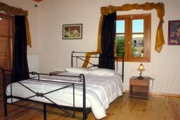 Спальня. Греция, Аделе : Шикарная вилла с бассейном и зеленым двориком с барбекю, 3 спальни, 3 ванные комнаты, парковка, Wi-Fi