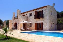 Фасад дома. Греция, Аделе : Шикарная вилла с бассейном и зеленым двориком с барбекю, 3 спальни, 3 ванные комнаты, парковка, Wi-Fi