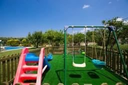 Детская площадка. Греция, Аделе : Роскошная вилла с большим бассейном, детской площадкой, баскетбольной площадкой, футбольной площадкой, настольным теннисом, двориком с барбекю, 6 спален, 2 ванные комнаты, парковка, Wi-Fi