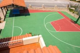 Развлечения и отдых на вилле. Греция, Аделе : Роскошная вилла с большим бассейном, детской площадкой, баскетбольной площадкой, футбольной площадкой, настольным теннисом, двориком с барбекю, 6 спален, 2 ванные комнаты, парковка, Wi-Fi