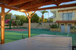 Терраса. Греция, Аделе : Роскошная вилла с большим бассейном, детской площадкой, баскетбольной площадкой, футбольной площадкой, настольным теннисом, двориком с барбекю, 6 спален, 2 ванные комнаты, парковка, Wi-Fi
