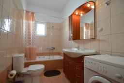 Ванная комната. Греция, Коккино Хорио : Прекрасная вилла с бассейном и двориком с барбекю, 2 спальни, 2 ванные комнаты, парковка, Wi-Fi