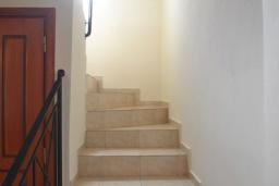 Лестница наверх. Греция, Коккино Хорио : Прекрасная вилла с бассейном и двориком с барбекю, 2 спальни, 2 ванные комнаты, парковка, Wi-Fi