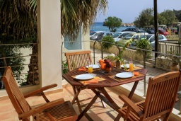 Терраса. Греция, Коккино Хорио : Прекрасная вилла в 50 метра от пляжа, 3 спальни, 2 ванные комнаты, барбекю, парковка, Wi-Fi