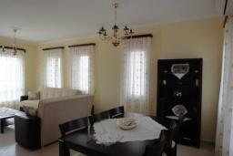 Гостиная. Греция, Коккино Хорио : Прекрасная вилла с зеленым двориком недалеко от пляжа, 2 спальни, 2 ванные комнаты, парковка, Wi-Fi