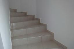Лестница наверх. Греция, Коккино Хорио : Прекрасная вилла с зеленым двориком недалеко от пляжа, 2 спальни, 2 ванные комнаты, парковка, Wi-Fi