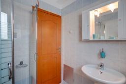 Ванная комната. Греция, Коккино Хорио : Прекрасная вилла с бассейном и зеленым двориком с барбекю, 3 спальни, 2 ванные комнаты, настольный теннис, парковка, Wi-Fi