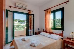Спальня. Греция, Коккино Хорио : Прекрасная вилла с бассейном и зеленым двориком с барбекю, 3 спальни, 2 ванные комнаты, настольный теннис, парковка, Wi-Fi