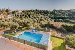 Бассейн. Греция, Коккино Хорио : Прекрасная вилла с бассейном и зеленым двориком с барбекю, 3 спальни, 2 ванные комнаты, настольный теннис, парковка, Wi-Fi