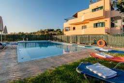 Фасад дома. Греция, Коккино Хорио : Прекрасная вилла с бассейном и зеленым двориком с барбекю, 3 спальни, 2 ванные комнаты, настольный теннис, парковка, Wi-Fi