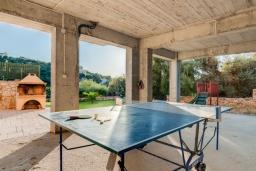 Территория. Греция, Коккино Хорио : Прекрасная вилла с бассейном и зеленым двориком с барбекю, 3 спальни, 2 ванные комнаты, настольный теннис, парковка, Wi-Fi