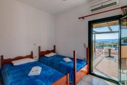 Спальня 2. Греция, Коккино Хорио : Прекрасная вилла с бассейном и зеленым двориком с барбекю, 3 спальни, 2 ванные комнаты, настольный теннис, парковка, Wi-Fi